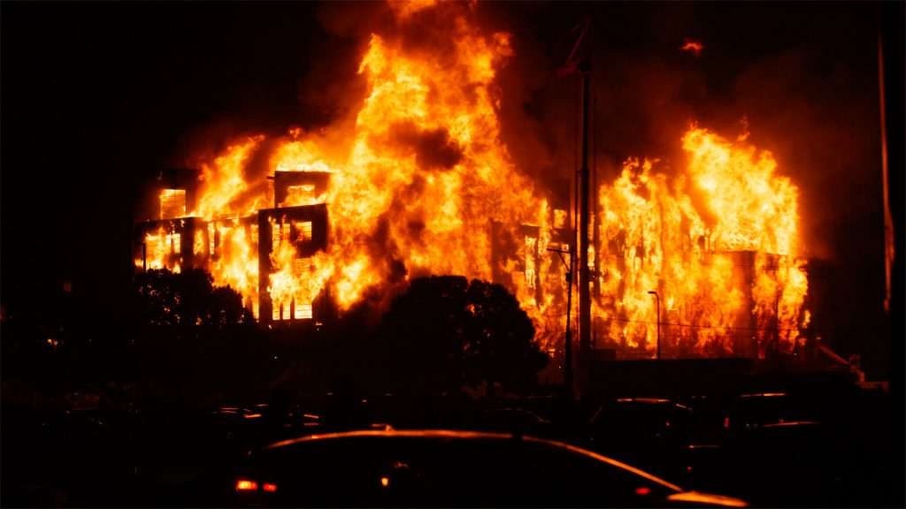 VIDEO: Fires blaze and looters rampage during second night of Minneapolis anti-police protests following black man's death